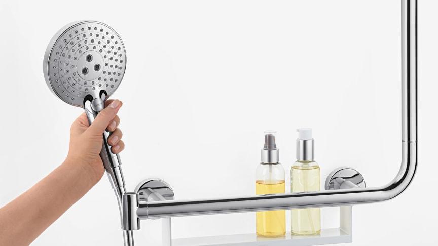 Tukeva, 1,1 m korkea suihkutanko sekä kätevä tartuntakahva integroidulla käsisuihkulla ja suihkutarvikehyllyllä – uudet Unica Comfort -tuotteet tuovat lisäturvaa ja käyttömukavuutta suihkuun.