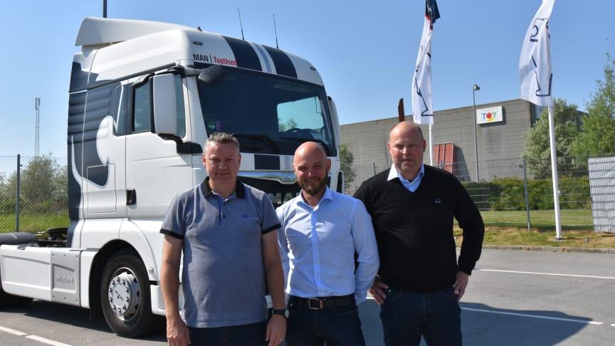 MANs nye værkstedsledelse for filialerne i Greve og på Avedøre Holme er på plads. Kundeservicechef Claus Jensen (i midten) omkranset af de to værkstedschefer, Christian Vinding, Avedøre Holme (tv) og Martin Mårup Andersen, Greve (th)