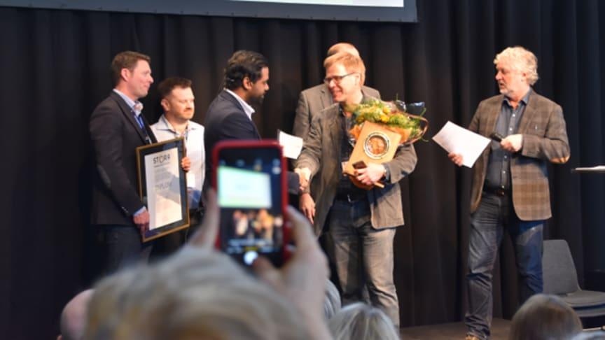 Örjan Martelluer från MidDec Scandinavia tog emot Stora Inneklimatpriset av bostadminster Peter Eriksson under Nordbygg i Stockholm. Foto: Fredrik Kindahl/Slussen.biz