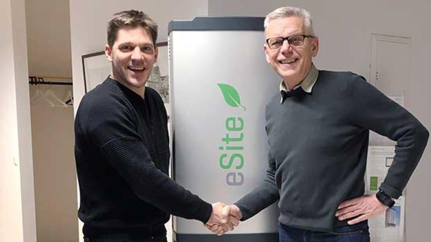 Mattias Karlsson, vd för eSite Power Systems, välkomnar Carl Henrik Ohlsson, vd för Skaraborg Invest, som ny lokal delägare i Lidköping.