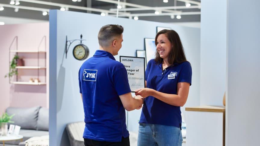 Christina Pape (til højre), Store Manager i JYSK Viby J., med en af sine kolleger.
