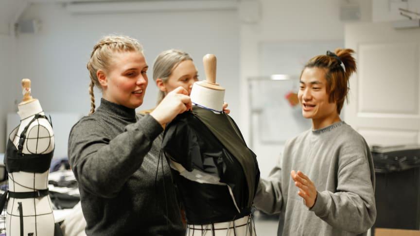 Studenter fra Esmod i full sving. Foto: Bergans/Anna Torst Saatvedt