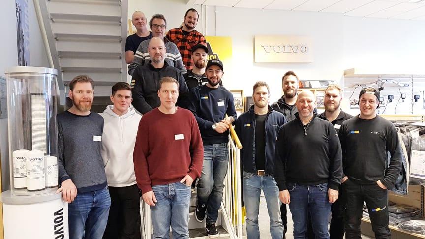 """Första gänget som genomfört utbildningen """"diplomerad servicetekniker"""". Här på Swecon Anläggningmaskiners anläggning i Uppsala."""