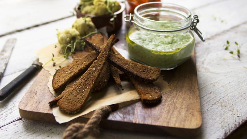 Grönärtsdipp med rostade brödstavar av LingonGrova