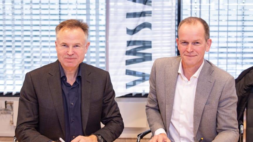 Øystein Moan, vd för Visma och Richard Plugge, team director Oranje skriver sponsringskontrakt.
