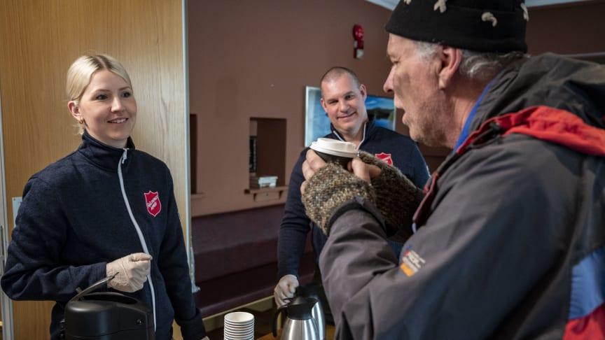 Frälsningsarmén fortsätter dela ut mackor, kaffe och middagar till behövande. Kampanjbild. Foto: Jonas Nimmersjö