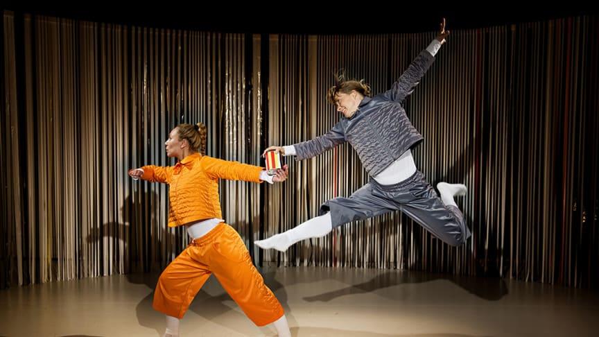 Foto: Jonas Jörneberg Syntolkning: Två dansare i språng över scengolv