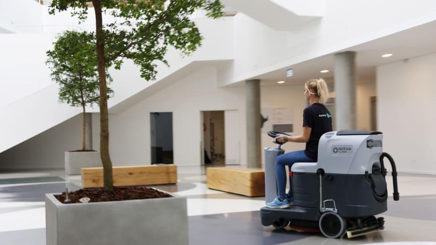 Forenede Service er med sine cirka 3000 medarbejdere og opgaver for en lang række af landets kommuner og private virksomheder en af Danmarks største facility service-virksomheder. Her ses en situation fra den nyligt opførte sundhedshus i Holstebro.