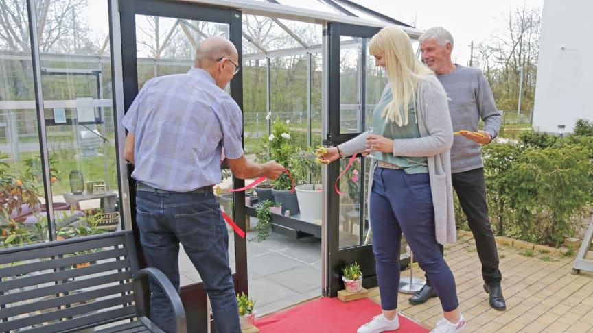 Centerchef på Langagergård Plejecenter, Louise Wesselhoff, klipper snoren og indvier det nye orangeri på plejecenteret. Foto: Frederikke Amalie Jensen.