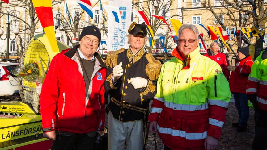 Baltzar von Platen (gestaltad av Rude Glantz) namngav den nya svävaren. Här är han flankerad av Stefan Nyrinder (t v ), vd Länsförsäkringar Östgöta, samt Håkan Andersson, stationsansvarig RS Vadstena/Motala.