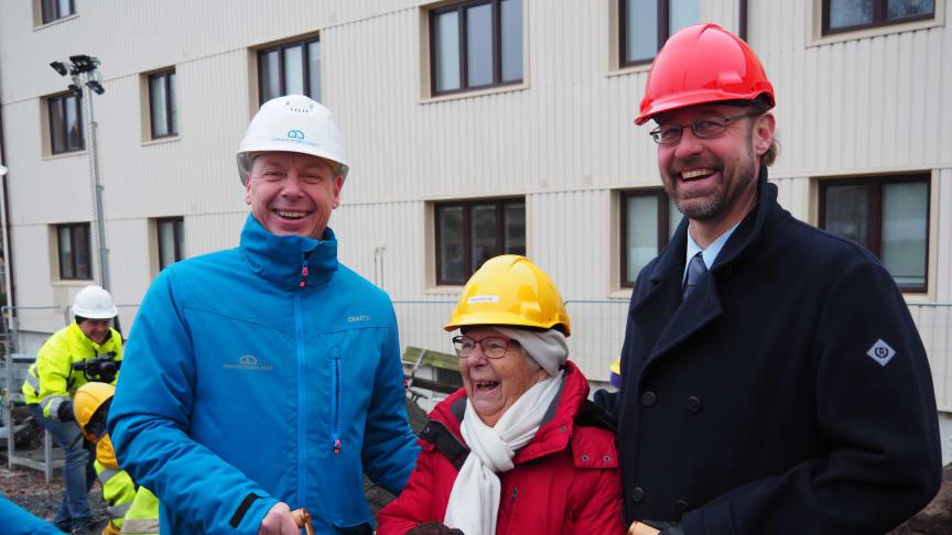 Mikael Dolietis, vd Egnahemsbolaget, Evy Hugoh, 94 år, som bott i samma hus i 71 år och fastighetsdirektör Martin Öbo