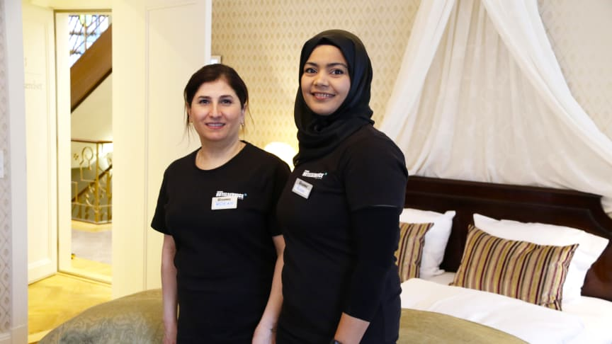 Rokan Hamo og Razan Odavan blev ansat i Forenede Hotelservice i 2018, hvor de siden har sørget for rene rammer på Hotel Randers.