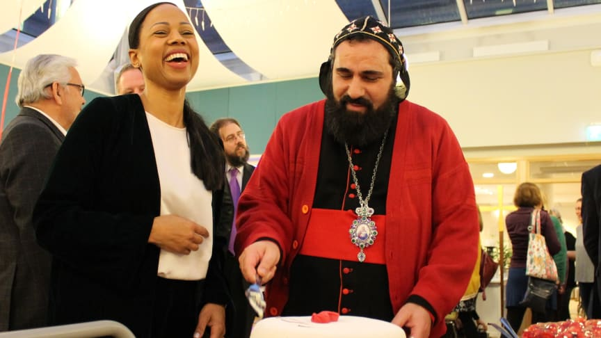 Alice Bah Kuhnke tillsammans med ärkebiskop Dioscoros Benyamin Atas skär upp födelsedagstårta. Foto: Mikael Stjernberg.