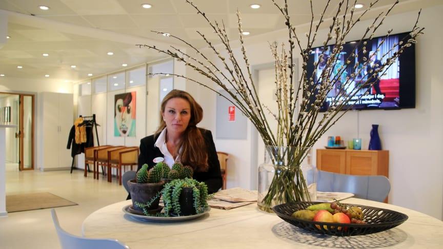 Hospitalschef Hanne Zingenberg glæder sig over fornyelsen af hospitalets Elite-smiley. Her ses hun i venteværelset på hospitalet. Foto: Morten Vermehren.