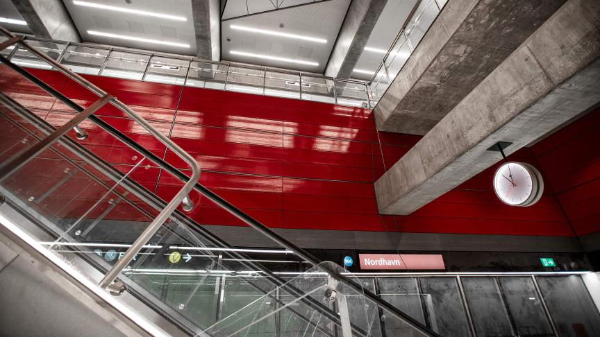 Die rote Farbe in der Station Nordhavn zeigt an, dass Passagiere zwischen der Metro und den roten S-Bahn-Zügen umsteigen können (Copyright: Hannah Paludan Kristensen).