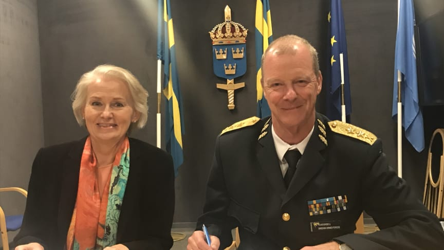 Camilla Isaksson, SVP, Regional Director HR Services Nordics och Klas Eksell, Försvarsmaktens personaldirektör.