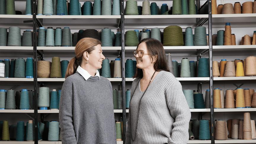 Brittiska formgivaren Ilse Crawford tillsammans med Lena Jiseborn, Kasthalls designchef.