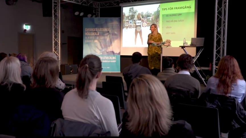 Många var intresserade av att lyssna på Mikaela Laurén.