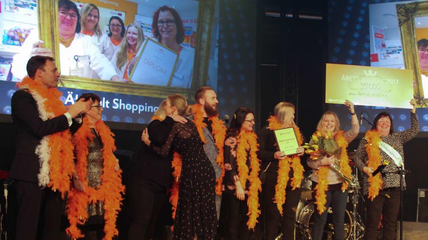 Årets Apotek Älmhult Shopping.  VD Anders Torell,  regionchef Margareta Munge gratulerar. Drift- och försäljningsdirektör Anna Wallenberg kramar om medarbetare och apotekschef Heléne Rasmussen längst till höger.