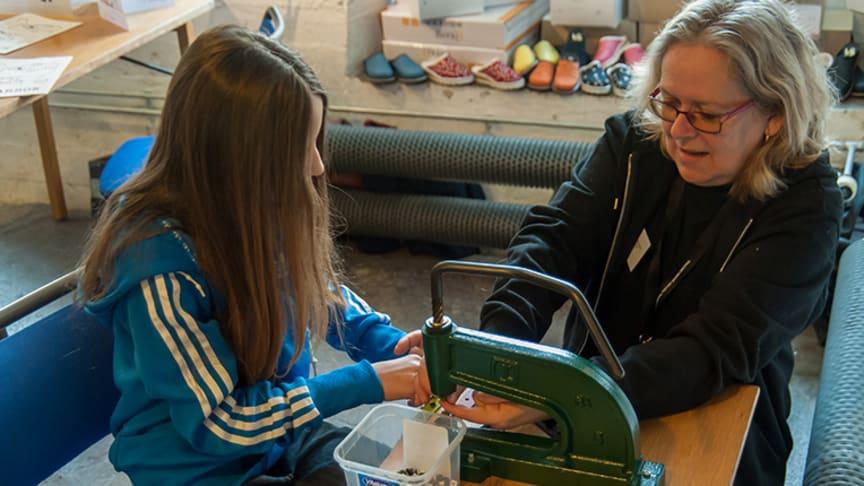 Museichefen Lilian Edström instruerar en besökare. Foto: Torsten Nilsson