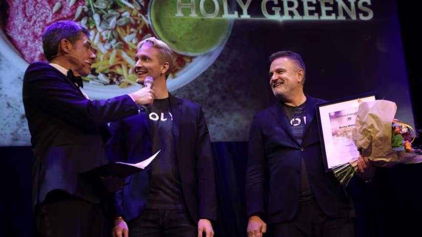 Mikael Tornving delar ut första pris till Holy Greens grundare David Egonson och Nebo Pavicevic / Foto: Mikael Gustavsen
