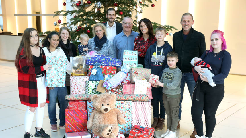 Zur symbolischen Übergabe der Geschenke besuchten Vertreter der regionalen Einrichtungen die Unternehmenszentrale der Bank.