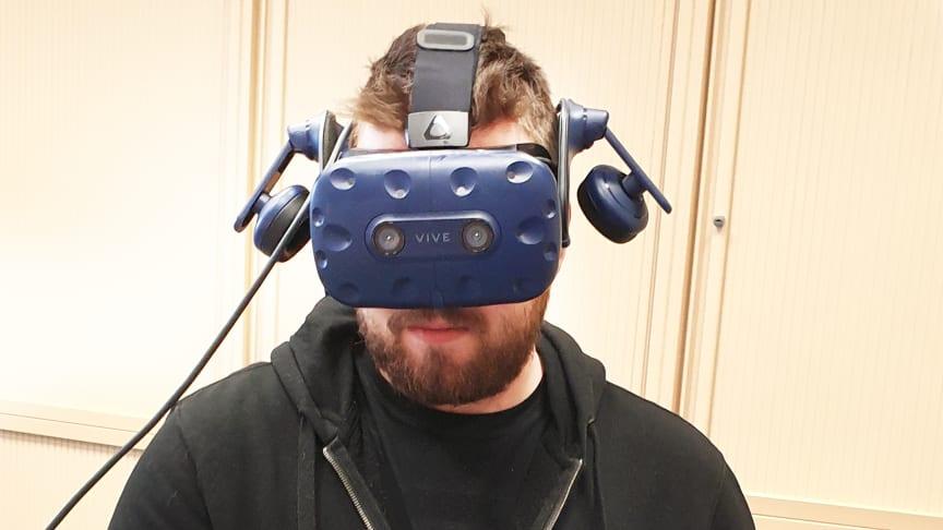 """Utbildning på distans – snart i ett par VR-glasögon nära dig. Här tittar Lars Kornebäck, Swecon Linköping, närmare på hur en hjullastare ser ut """"under huven""""."""