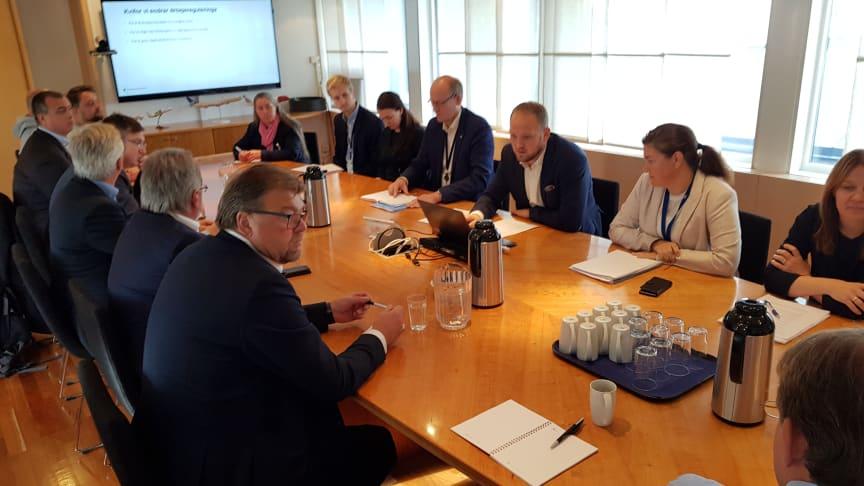 På et møte i Samferdselsdepartementet la statsråd Jon Georg Dale (Frp) fram høringsforslaget for drosjenæringen. Foran til venstre, NT-leder Øystein Trevland.