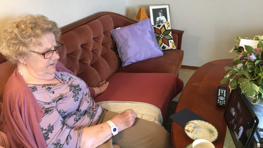 90-åriga Margit Johansson följer barnbarnsbarnets dop från soffan på vård- och omsorgsboendet Olsgården i Kallinge