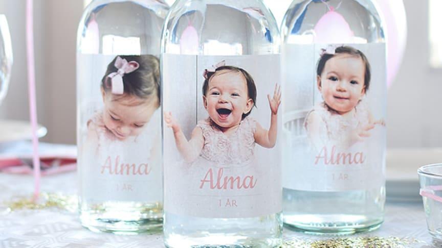 Bloggaren @emilysliv.se skapade dessa fantastiskt vackra flasketiketter till systerdotterns 1-årskalas!
