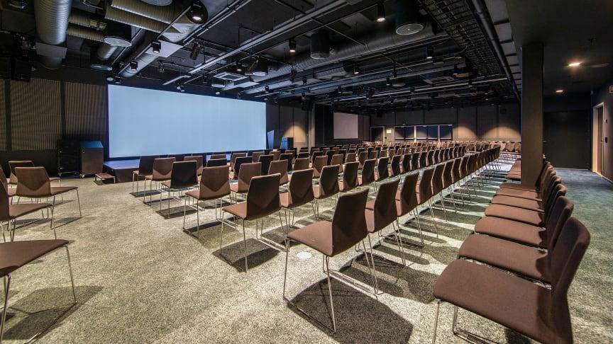 LEDIGE LOKALER: Store konferansesaler står klare til å ta imot varer eller annet.