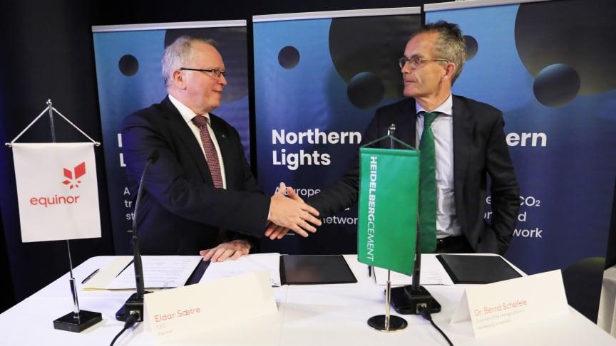 Eldar Sætre, Equinor och Dr Bernd Scheifele, koncernchef HeidelbergCement signerar avsiktsförklaring (MoU).