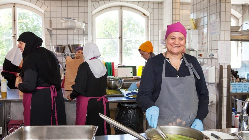 Manal Farouk Bahnam förbereder sparris till dagens middagskassar.