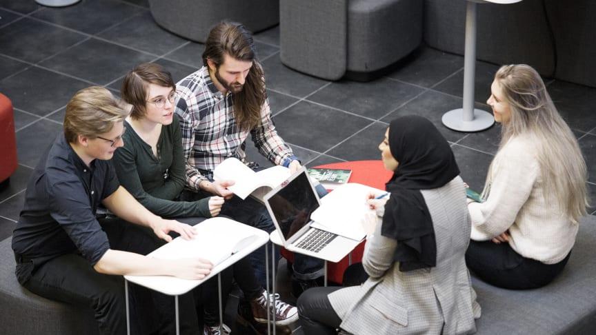 Historisk ökning av sökande till fleråriga program på Högskolan Väst