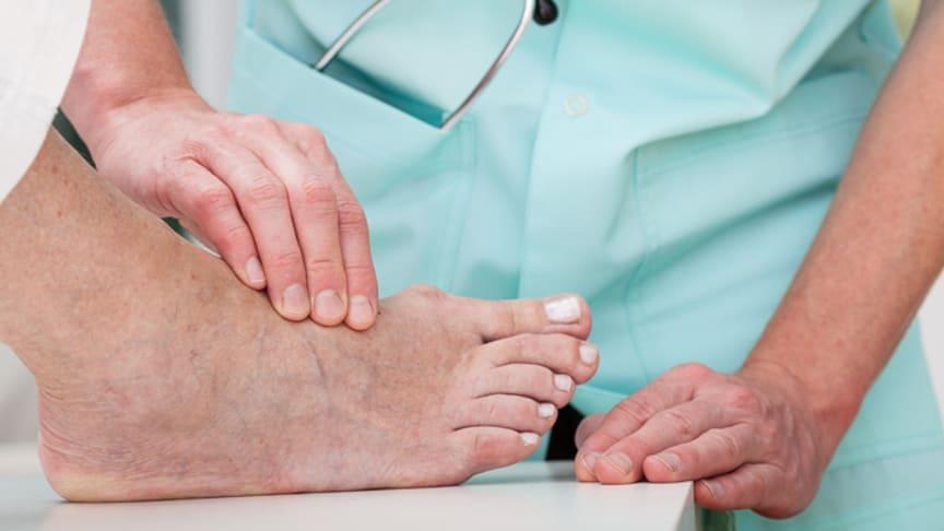 Identifikation von Risikopatienten für das Diabetische Fußsyndrom: bei jeder Untersuchung sollten Ärzte die Füße und Schuhe kontrollieren. Bild: Photographee.eu | fotolia