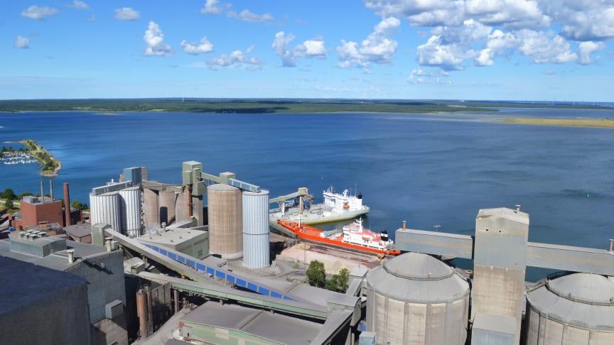 Utsikt över Cementas fabrik och hamn i Slite på Gotland.