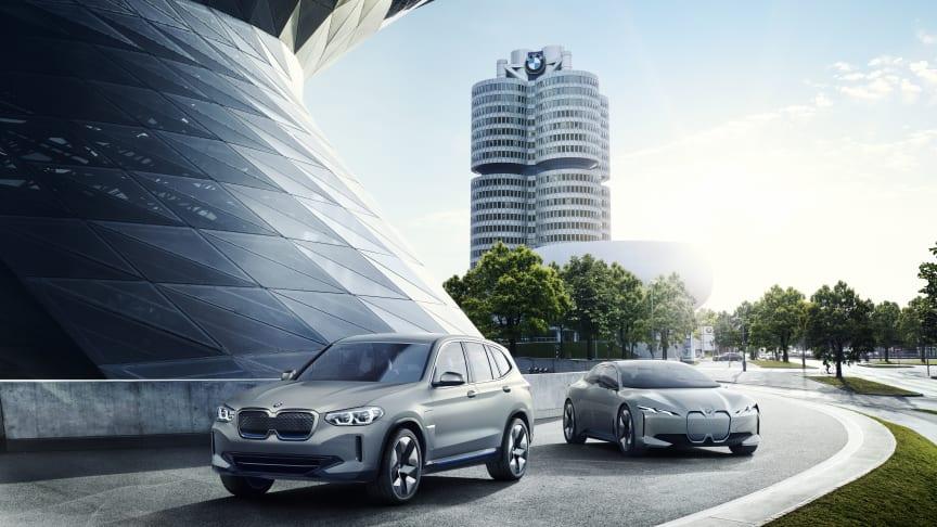 BMW Concept iX3 og BMW i Vision Dynamics (i4) foran hovedkontoret i München