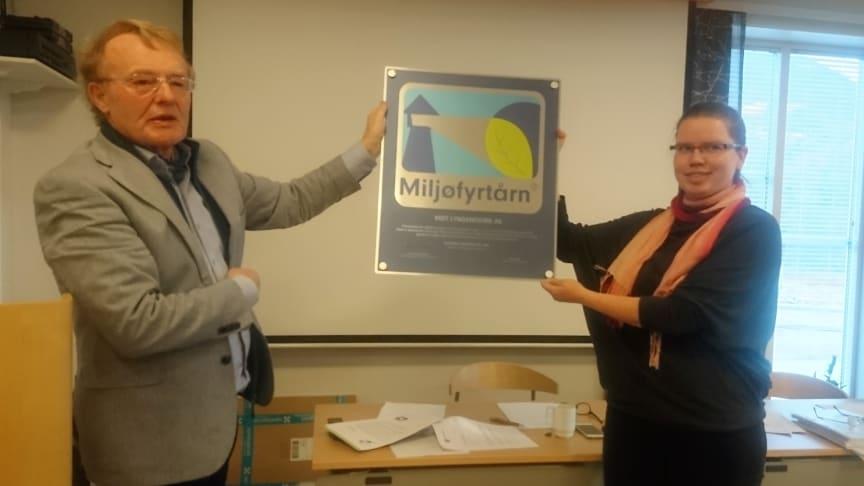 Bildetekst: (t.v) Ordføreren i Storfjord, Knut Jentoft, overrakte Miljøfyrtårnplaketten til prosjektleder i Visit Lyngenfjord, Marie Kr. Angelsen.