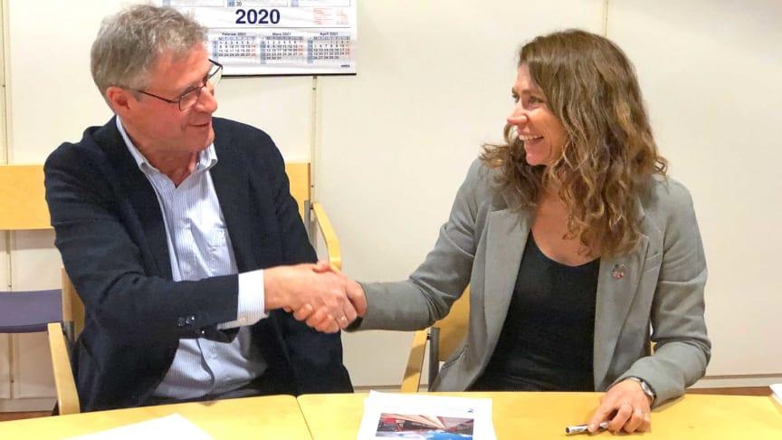 Roger Skoglie, direktør Bybanen Utbygging og direktør Kari Sveva Dowsett i Multiconsult har inngått kontrakt om tunnelen.