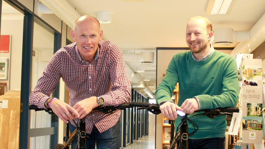 Konsernsjef Oddvar Haugen og daglig leder Trond Olav Horten med to av syklene.