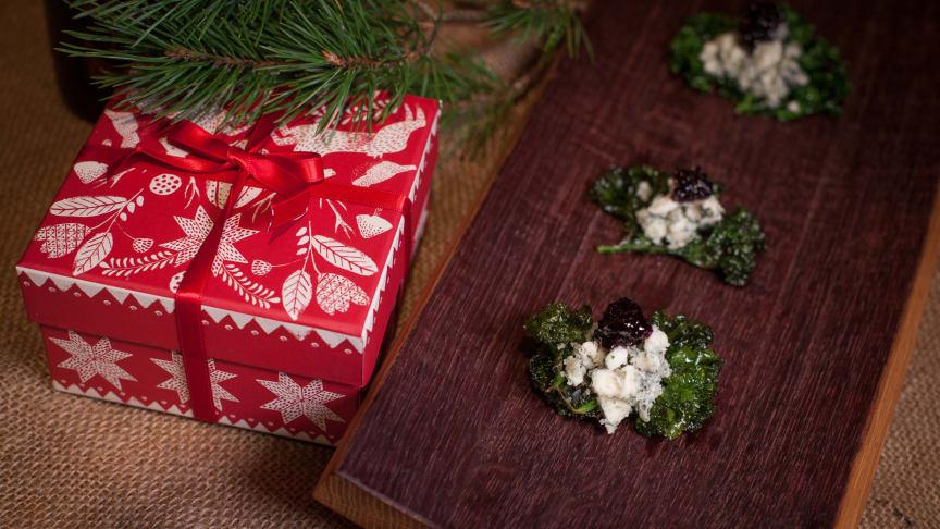 Grönkålschips med roquefort och svartvinbärskonfekt (Lucia Chokladglögg, 71 kr)