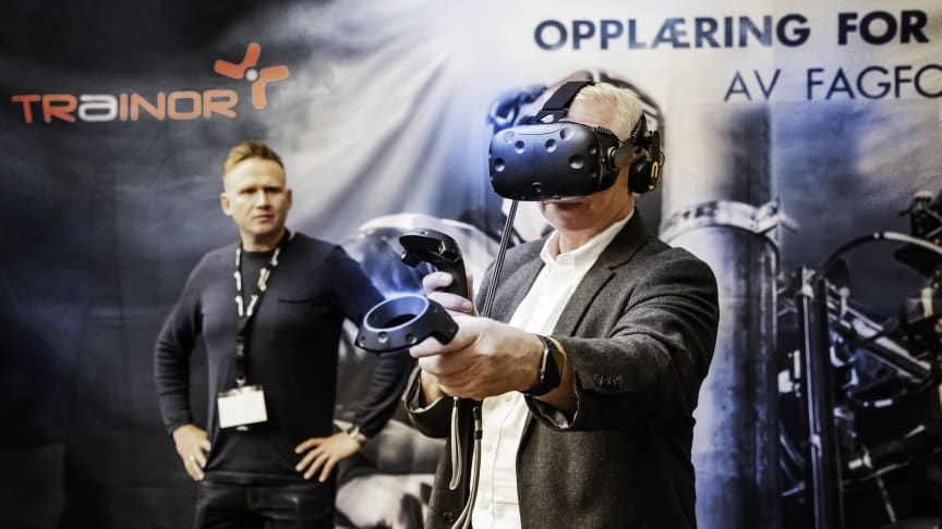 Kåre Vegar Sund (til venstre) skal demonstrere bruk av VR i elsikkerhetsopplæring under svenske Elsäk 2018. Foto: Trainor AS