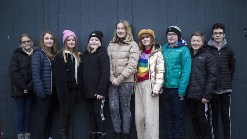 Det är nio teaterelever från Unga Västanå som kommer att stå på scenen i Vargskogen. Från vänster: Nea Staxhammar, Moa Nilsson Jahr, Indra Frorell Jonsson, Molly Hagelin, Nova Karlsson, Freja Larsson, Oisín Högfeldt, Albin Stodne, Arwin Strandberg.