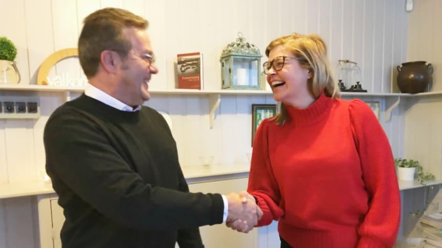 Hans Ollman, affärsutvecklare boende för äldre på Riksbyggen, och Therese Kärngard, kommunalråd, Bergs kommun, skakar hand efter undertecknande av avtal.