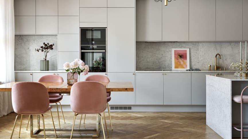 Ljusgrått är en av de mest önskade färgerna på kök, en ljus kulör öppnar upp rummet och genererar rymd. Här syns köket Arkitekt Plus Grå.