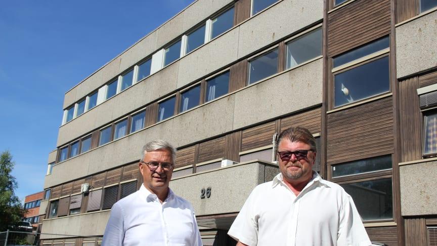 På bildet ser vi direktør Roar Refseth og styreleder Øystein Trevland foran bygget, som også skal pusses opp noe utvendig. NT vil ha den øverste (4.) etasjen, og har også noen kontorer til utleie.