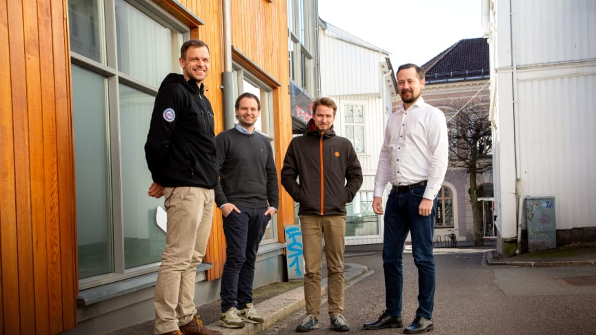 Fornøyd: Ivar André Toms (t.v.), Benjamin Abrahamsen og Martin Aas Ødegård, med daglig leder i Trainor Elsikkerhet AS,  Stian Martinsen.