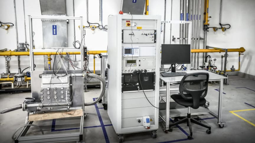 På de tre testbänkarna i laboratoriet i Shanghai kan ebm-papst ingenjörer mäta utsläpp, till exempel CO2- eller syrekoncentration, tryck och olika elektriska parametrar. (Foto: ebm-papst)