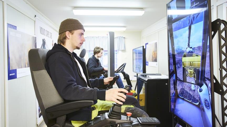 Eleverna Linus Lundgren och Viktor Forselius i arbete i simulatorerna från Volvo Construction Equipment