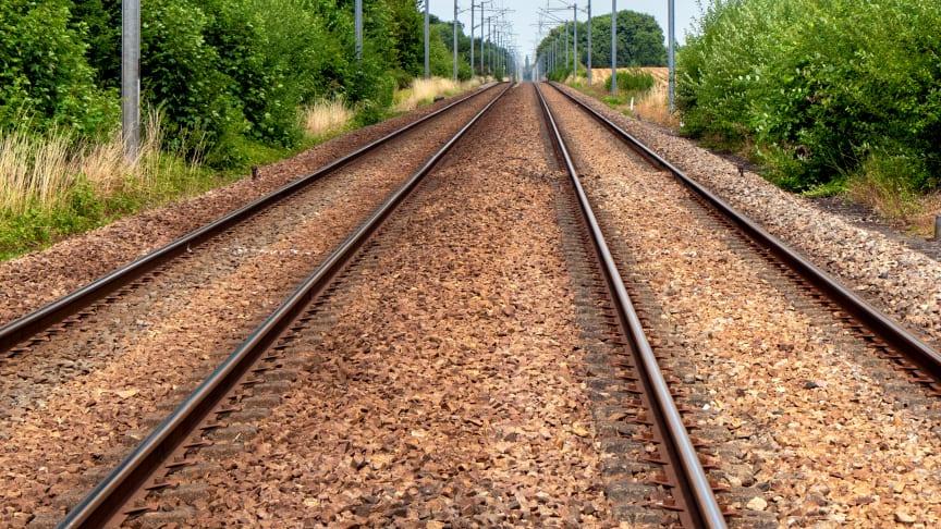 Partierna måste tacka ja till samtal om järnväg
